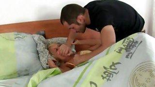 角质男人撕裂了stepis的睡衣,并且撞她湿漉漉的阴部和紧屁股