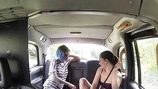 女同性恋者在假出租车上尝试性玩具