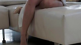 宝贝Violette Purel在她的脚上接受了大量的cum