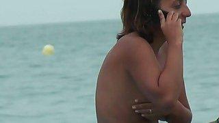 裸体主义者与她的外阴挂出真正的裸体视频