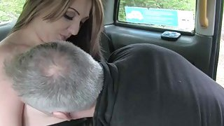 业余女子被假的司机在doggystyle中被性交