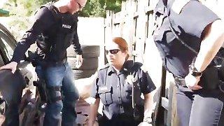 与两个丰满的女警察和大翘头钉的户外种族三人组