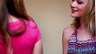 金发女同性恋达科他州斯凯亲吻有吸引力的宝贝Jillian Janson并导致女同性恋者性行为
