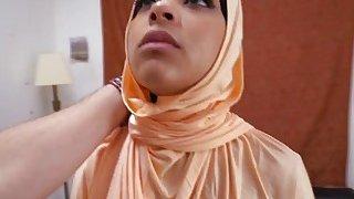 一个美味的阿拉伯宝贝在让她的阴部猛击之前给人一种惊人的口交