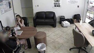 讨厌的黑发青少年Joseline Kelly被一名特工困扰