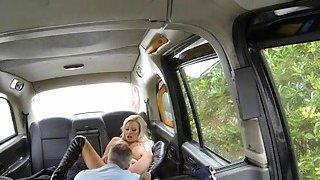 大titted女人阴部和肛门拧坏了司机