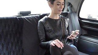 适合欧洲妻子在假出租车上作弊