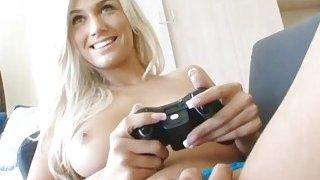 玩家的女朋友是一个热门的青少年在沙发上他妈的
