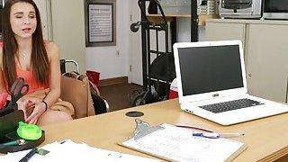 黑发青少年的荡妇在办公室里被一只黑色的大公鸡狠狠地操了起来