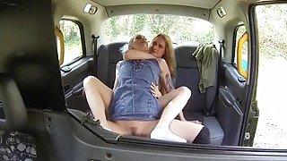 女同性恋摔跤手舔在女性假的出租车