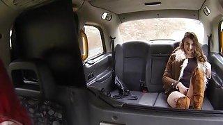 女同性恋者在假的出租车上蹭阴部