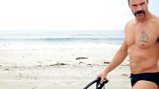 海滩游侠模仿巨大的山雀金发救生宝贝