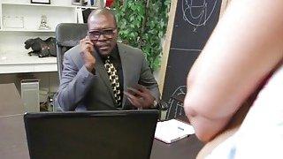 丰满的米尔夫在办公室被两根黑色棍棒填满