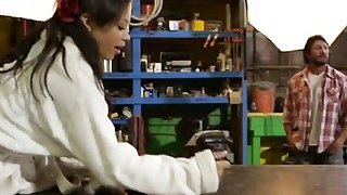 娇小的日历模型与乌木猫吹走与狗狗他妈的技巧摄影师