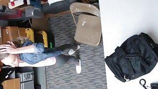 金发碧眼的青少年小偷得到阴部在办公室被击中
