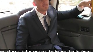 丰满的出租车司机在放弃手套乱搞