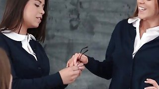 Jenna和Drea在一个热辣的女同性恋者中与新同学一起三人组合