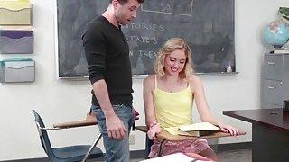 一位角质金发女生在教室里受到老师的严厉打击