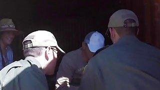 青少年被角质边防卫队撞在户外