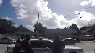 黑人爱他妈的穿制服的两个放荡的女警官