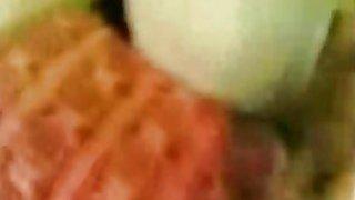 角质阿拉伯女朋友在她毛茸茸的湿阴户上需要胖公鸡男友