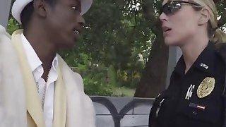 黑人恶棍他妈的两个讨厌和丰满的女警官