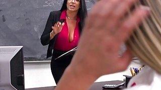 讨厌的大学青少年受到丰满教授的惩罚