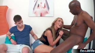 金发碧眼的荡妇向她愚蠢的男友展示了真正的男人他妈的