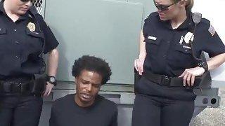 热女警察用他们的屁股抓到一个偷窥的汤姆
