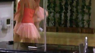 尼娜在一个芭蕾舞女演员班上弄到了手指