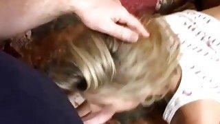 一个非常热的怀孕金发女人让她被两个男人弄湿了被刺穿的阴户