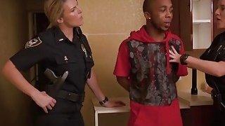 警察逮捕抢劫犯罪嫌疑人,直到他搞砸两者