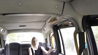 金发女郎在假出租车的屁股上受伤