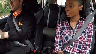 女同性恋的学生在驾驶学校汽车时口服
