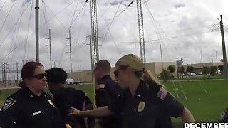 一个强大的金发女郎像女警一样受到黑色重罪犯的严厉打击