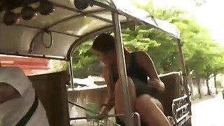 Dude在街上捡起热辣的亚洲人,在许多姿势中敲打着她湿漉漉的屁股