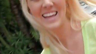 大学青少年的金发美女在街上捡起来,并举起了手
