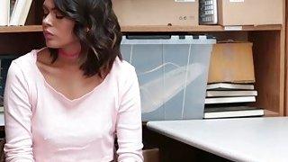 甜美的辣妹宝贝Kat Arina喜欢巨大的公鸡