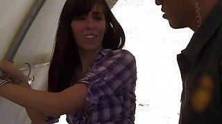 角质边境特工逮捕性感的非法移民,并狠狠地狠狠地her住了她的喉咙