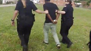 女警察逮捕一名黑人犯人,并让他舔他们其中一人的阴部