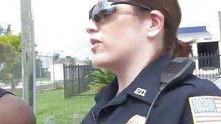 两名非常饥渴的女警察轮流对付黑人的大阴茎