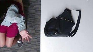 布鲁内特shoplifter Karlee与警察灰色刘海