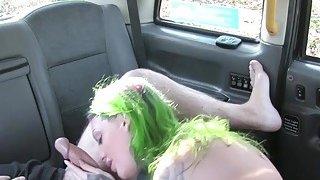 Alt业余宝贝撞在假的出租车上