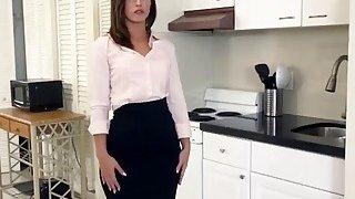 一个非常性感的房地产经纪人保持她的工作与她甜蜜的湿猫