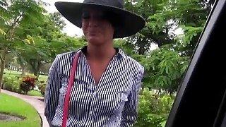 米歇尔是一位可爱的女士,她喜欢在她的阴户里有一个大家伙