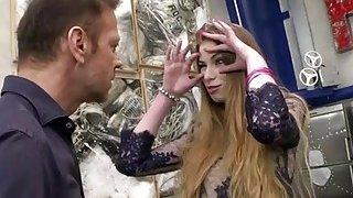 俄罗斯青少年米莱娜德维跪下,吸罗科斯迪克