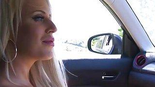 我很幸运,在我的车里有一个角质丰满的色情明星