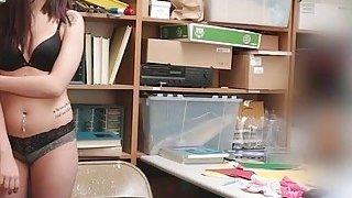 热门店员Naiomi Mae在LP办公室受到严厉打击