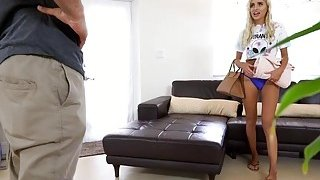金发宝贝娜欧米他妈的与她的房间里的伴侣在生活rooom