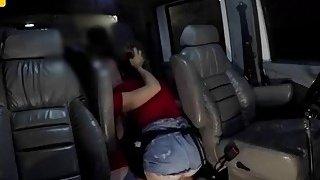 幸运的拖车司机得到他的卡车内硬他妈的两个辣妹